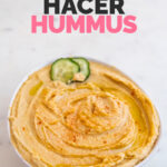 Foto de un bol de hummus con las palabras cómo hacer hummus