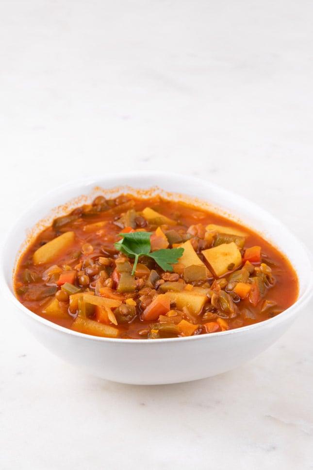 Foto de un bol de lentejas con verduras