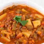 Foto de cerca de un bol de lentejas con verduras con las palabras lentejas con verduras