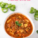 Foto de un bol de lentejas con verduras con las palabras lentejas con verduras
