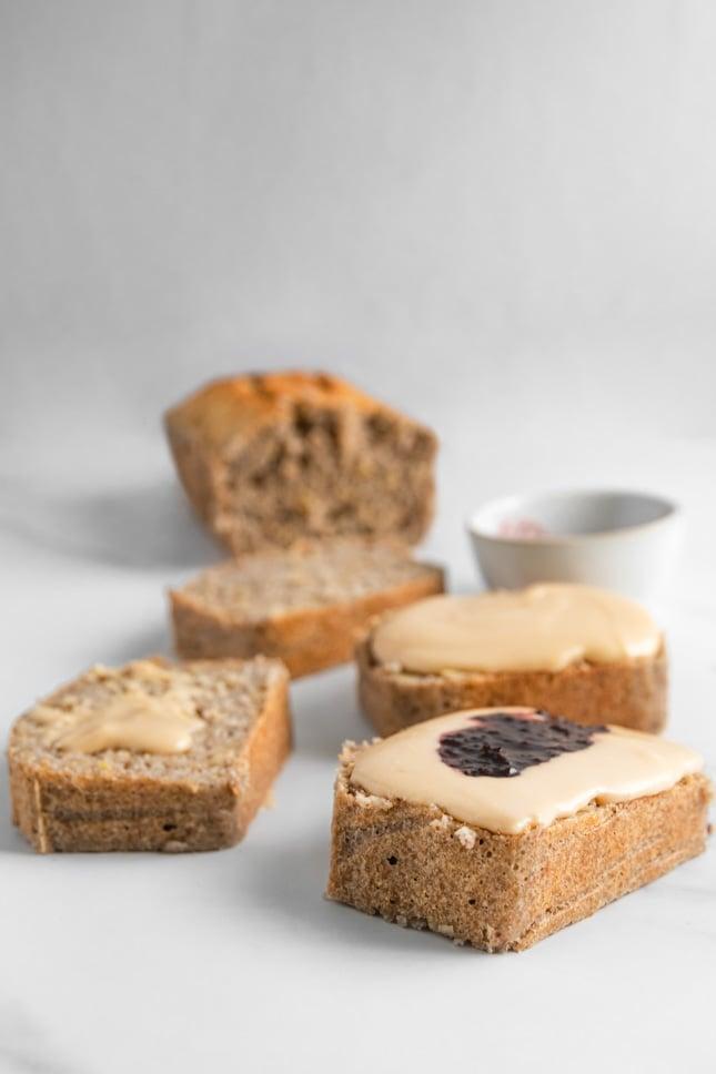 Foto de rebanadas de pan sin gluten con mantequilla de cacahuete por encima