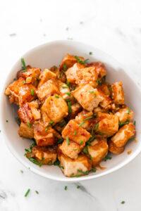 Foto de un bol de tofu marinado