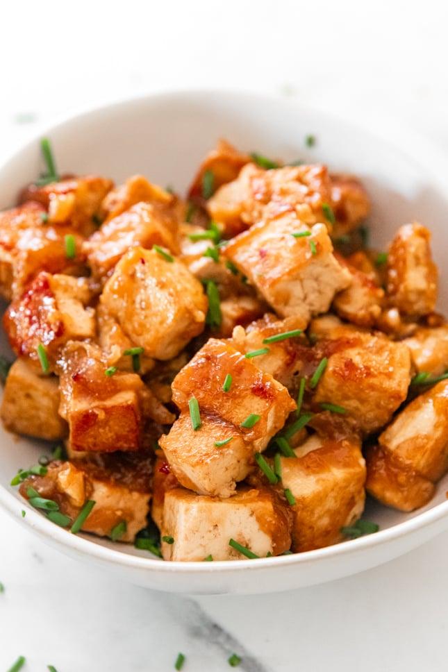 Foto de cerca de un bol de tofu marinado