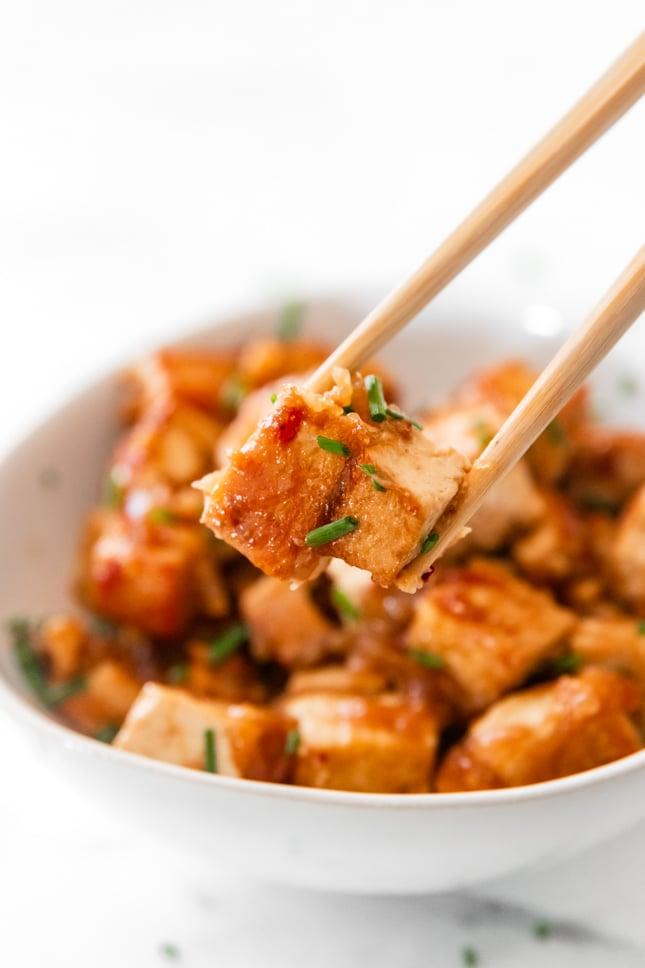 Foto de cerca de un trozo de tofu marinado