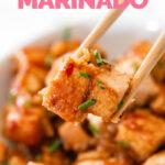 Foto de cerca de un bol de tofu marinado con las palabras tofu marinado