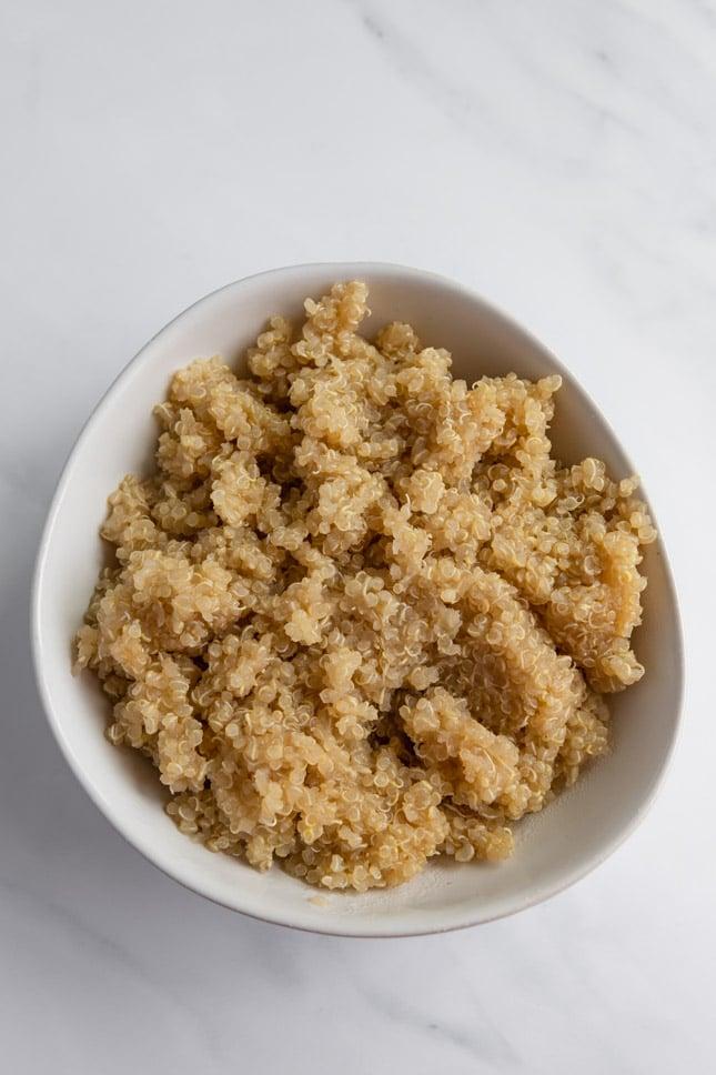 Foto desde arriba de un bol de quinoa cocinada