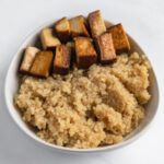 Foto cuadrada de un bol de quinoa con tofu