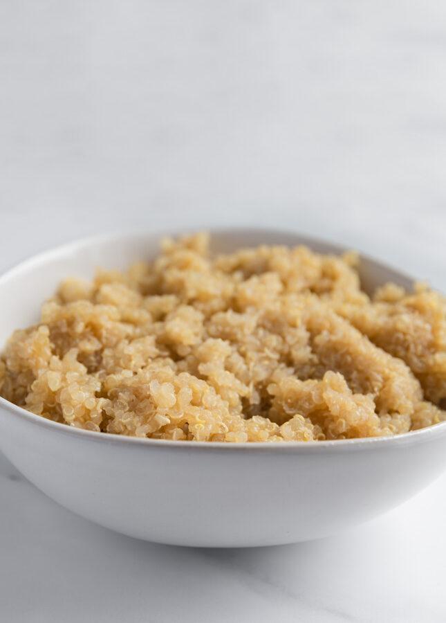 Foto de perfil de un bol de quinoa cocinada