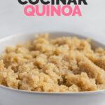 Foto de un bol de quinoa cocinada con las palabras cómo cocinar quinoa