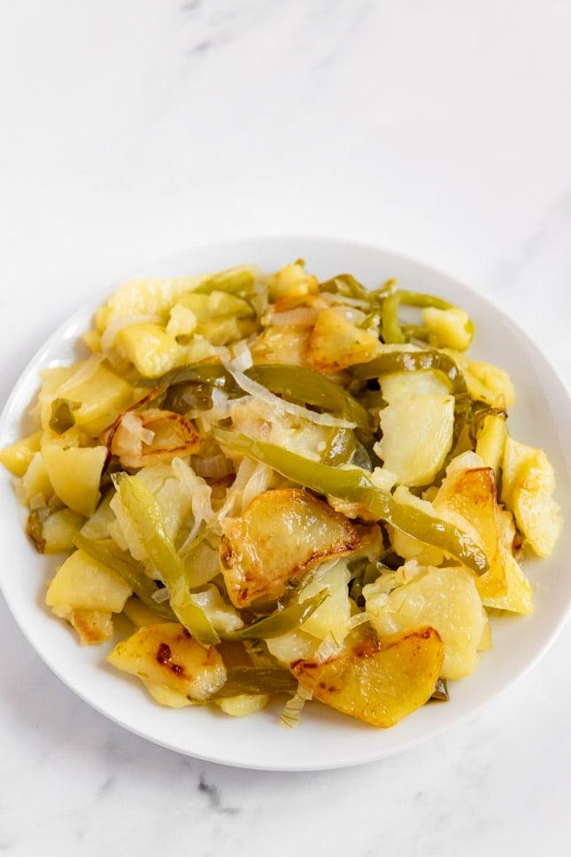 Foto de un plato de patatas a lo pobre caseras