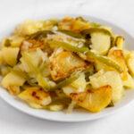 Foto cuadrada de un plato de patatas a lo pobre