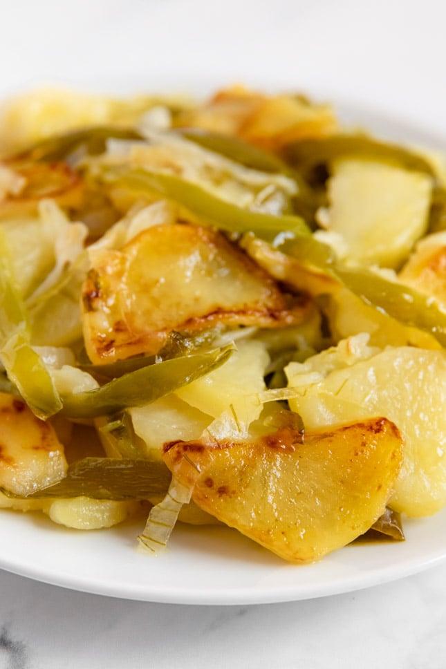 Foto de cerca de un plato de patatas a lo pobre