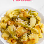Foto de un plato de patatas a lo pobre con las palabras patatas a lo pobre