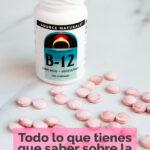 Foto de un bote de pastillas de color rosa de vitamina b12 con las palabras todo lo que tienes que saber sobre la vitamina b12