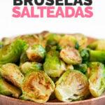 Foto de cerca de un plato de coles de Bruselas salteadas con las palabras coles de Bruselas salteadas
